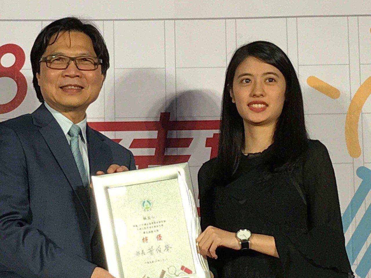 教育部長葉俊榮(左)頒獎給今年學生組雙料得主林文心(右)。圖/教育部提供