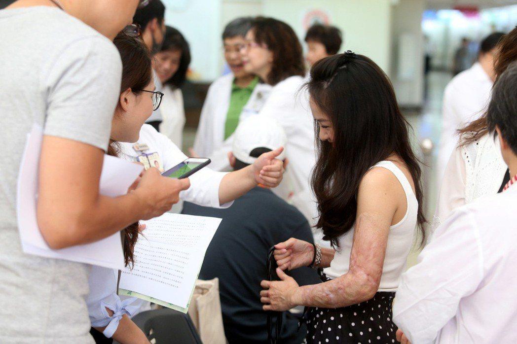 病患面對未知疾病,需要醫師細心講解與打氣。圖/報系資料照片
