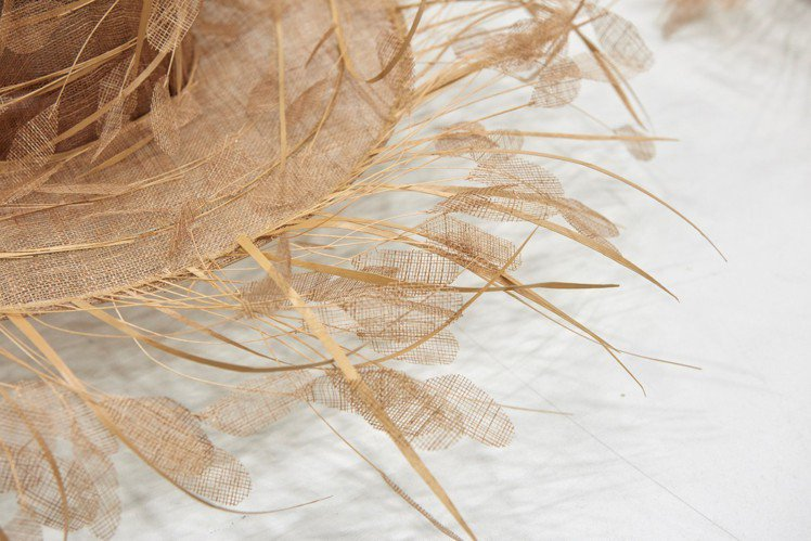 VALENTINO 2019春夏帽飾展現精湛工藝。圖/VALENTINO提供