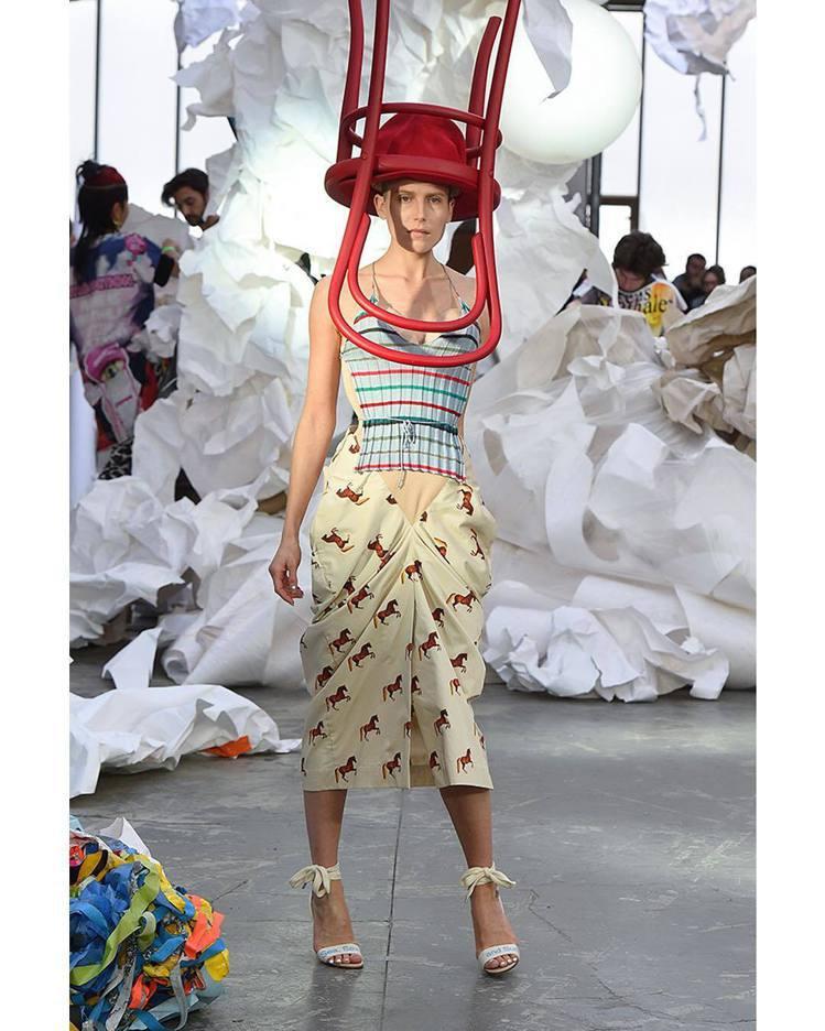 Vivienne Westwood的椅子帽堪稱巴黎時裝周最浮誇的表現。圖/取自I...
