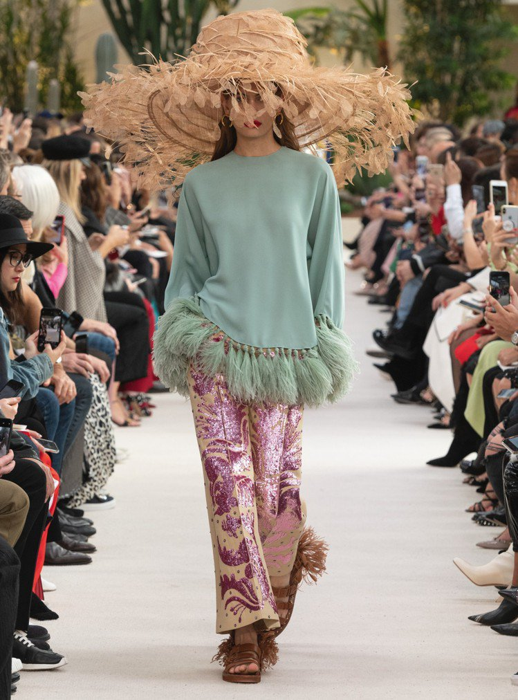 VALENTINO 2019春夏廣泛運用羽飾,巨大的帽款有輕盈仙氣。圖/VALE...