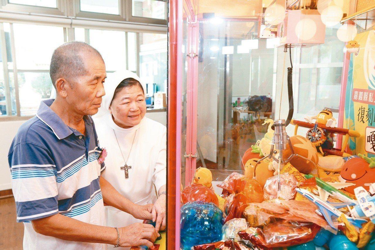 「夾娃娃機」極受長輩歡迎,許多阿公阿嬤都愛上夾娃娃。 圖/嘉義縣政府提供