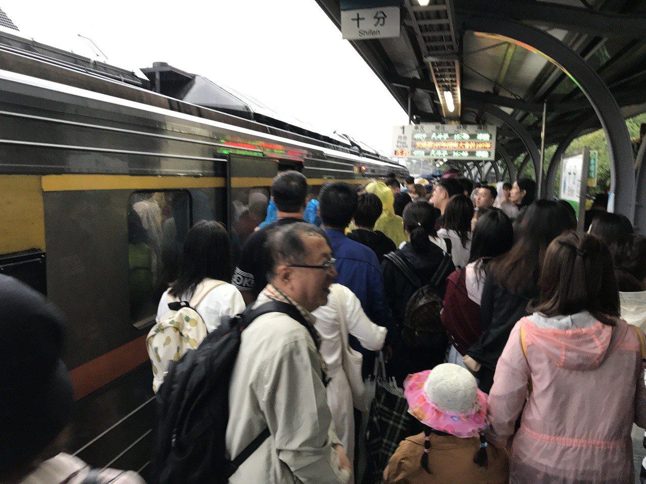 台鐵平溪線到十分車站放天燈的列車,最近全客滿。記者吳淑君/攝影