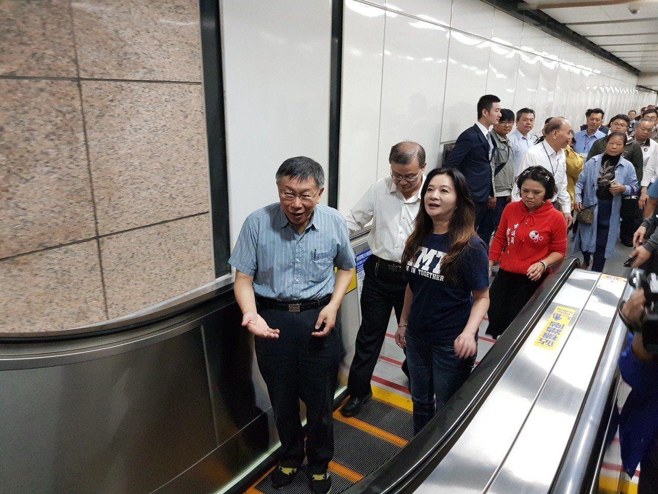 台北捷運古亭站7號出口雙向電扶梯昨完工啟用,台北市長柯文哲(前左)也同議員、里長...