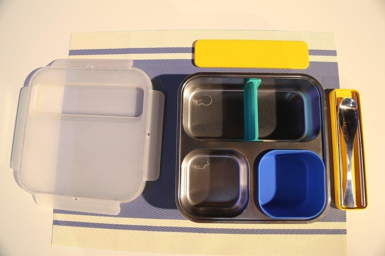 由設計師謝榮雅設計的方形餐盤具備分隔、刻度,美觀色塊讓呆板的餐具變活潑。記者魏莨...