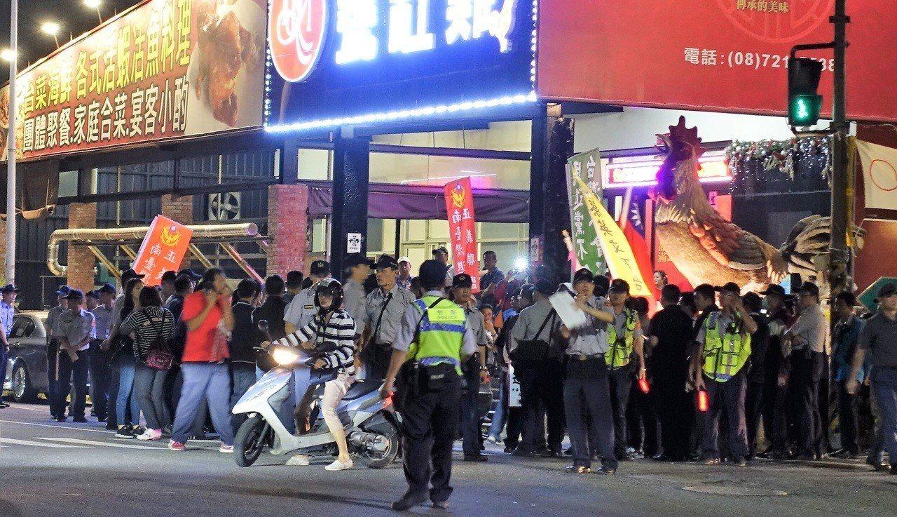 反年金改革人士今晚也在場外抗議,不過未影響活動進行。記者翁禎霞/攝影