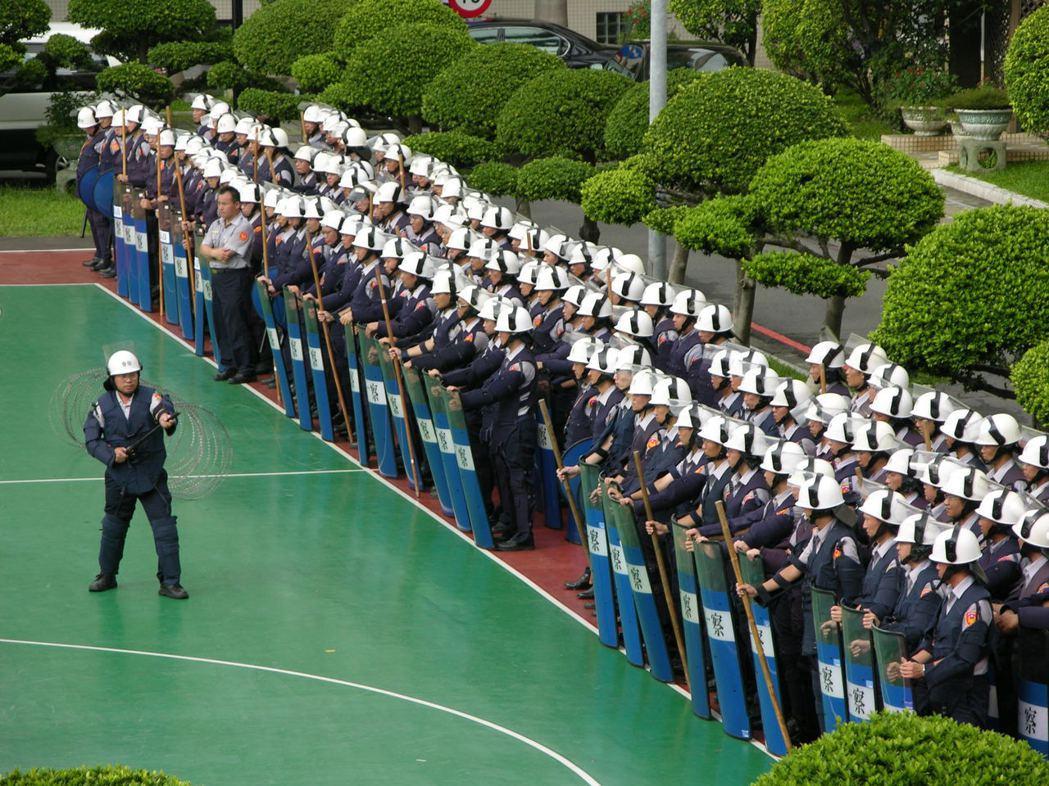 國內警察多出身中南部,「南警北用」情況嚴重,每年都有許多員警想請調回鄉。圖為大型...