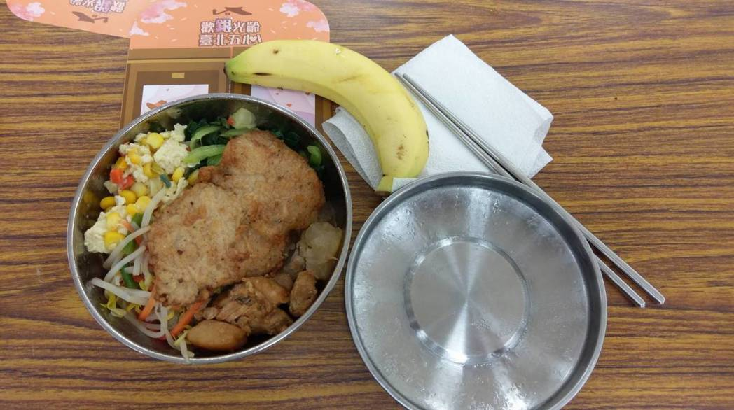台北市政府推出「長青樂活遊台北」,中午安排老人家在區公所禮堂用餐,桌上有「歡迎光...