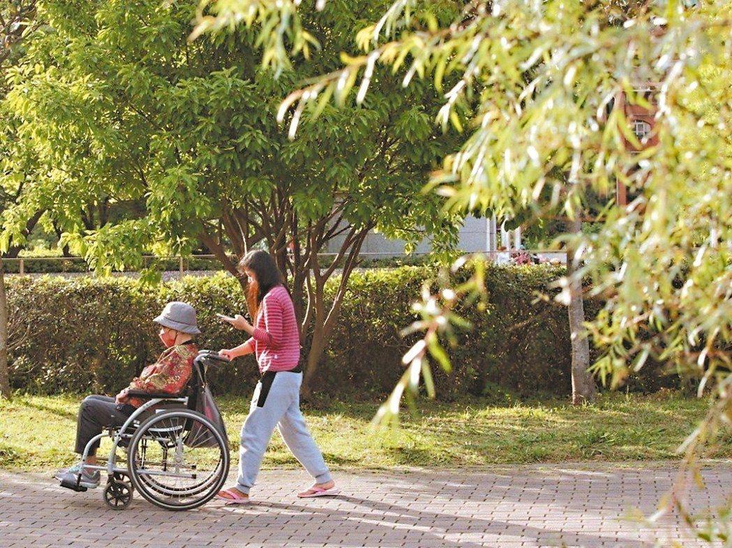 為了鼓勵長者多多走出門,台北市府社會局研擬擴大敬老卡補貼方案。 圖/聯合報系資料...