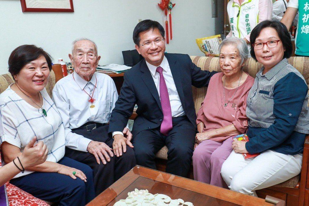 台中市長林佳龍(中)探訪百歲人瑞,強調擴充功能的敬老愛心卡很好用。圖/台中市新聞...