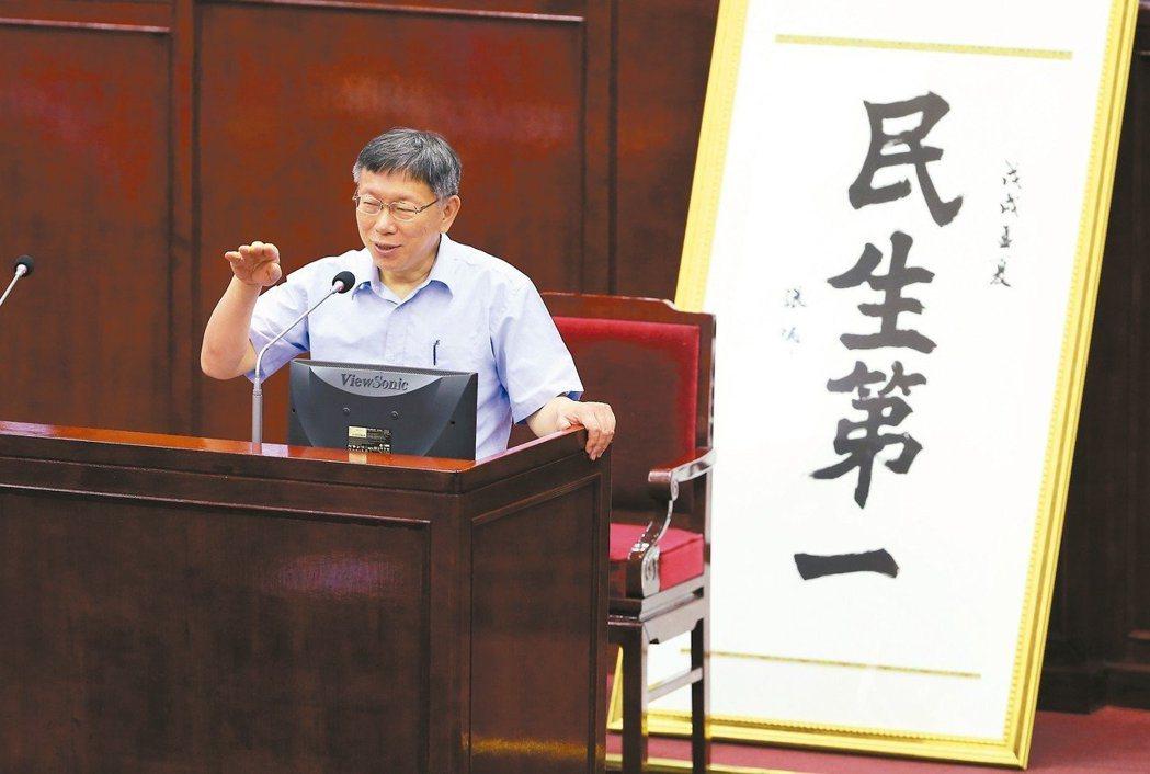 台北市議會今年5月進行施政總質詢,議員李慶元贈送「民生第一」的書法匾額,要他專心...