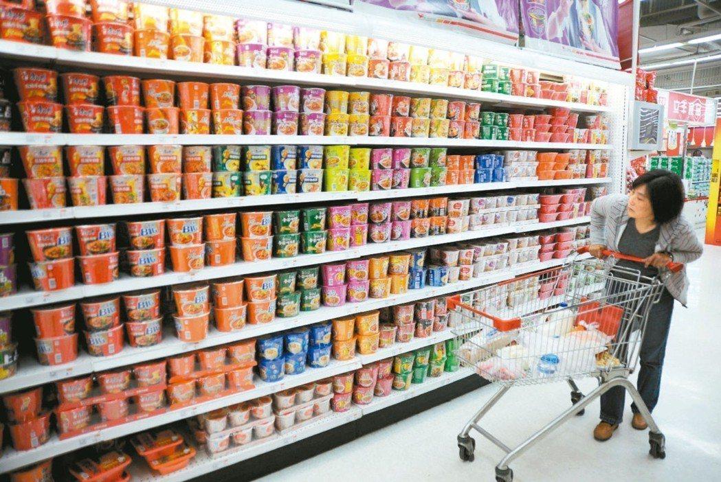 圖為民眾在大賣場選購泡麵。 本報系資料庫