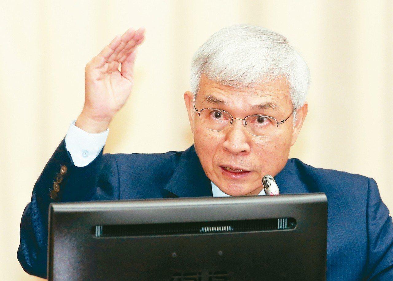 中央銀行總裁楊金龍昨天表示,美中貿易戰可能還會再拖一陣子,但因為我國外匯存底夠,...