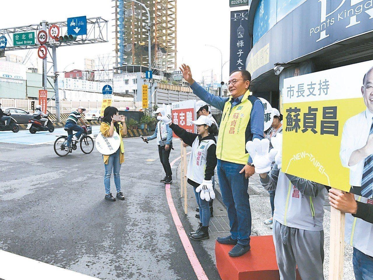 立委高志鵬在三重台北橋頭為蘇貞昌衝票。 記者陳珮琦/攝影