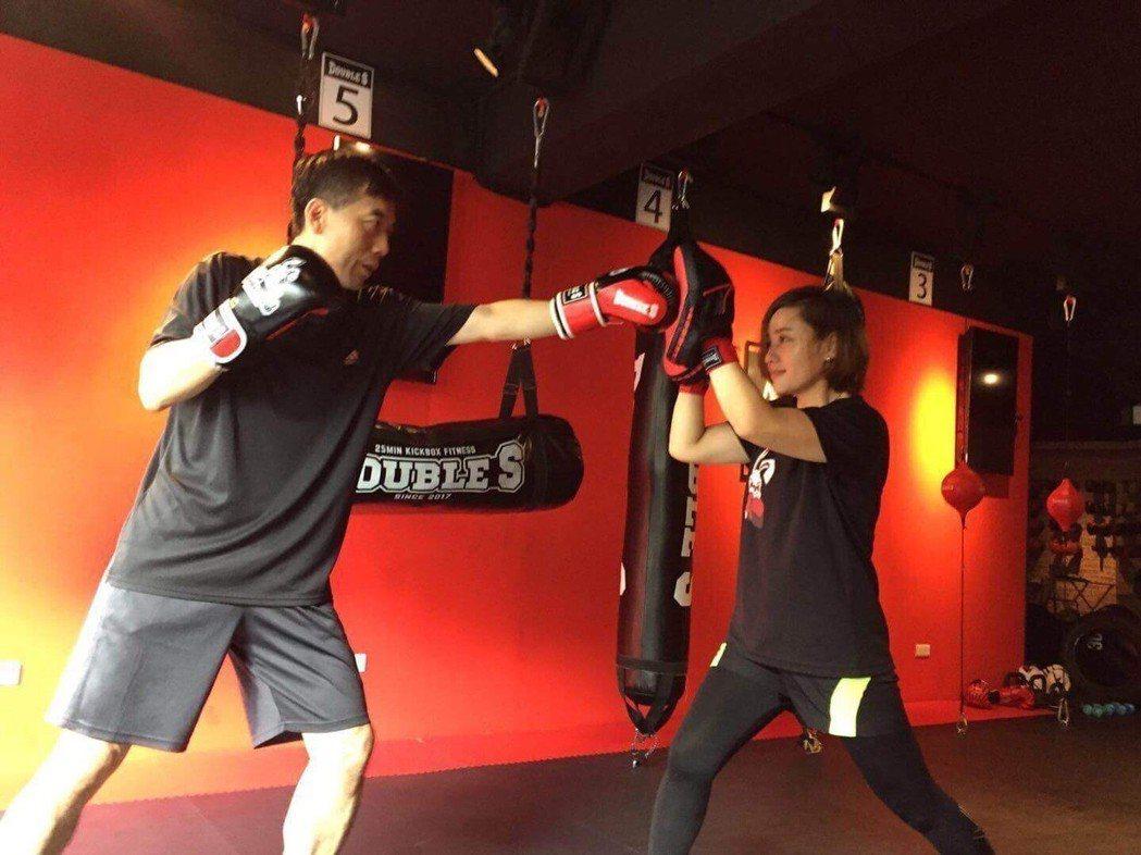 擔任過多家證券商自營部主管的黃嘉斌(左),每天透過Kickboxing循環課程鍛...