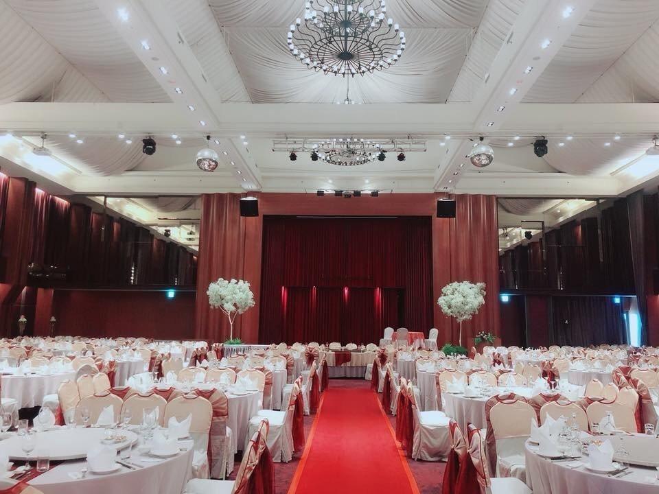 飯店多樣化場地可滿足企業需求,經典奢華宴會廳裝點高雅的水晶燈,挑高15米無樑柱,...