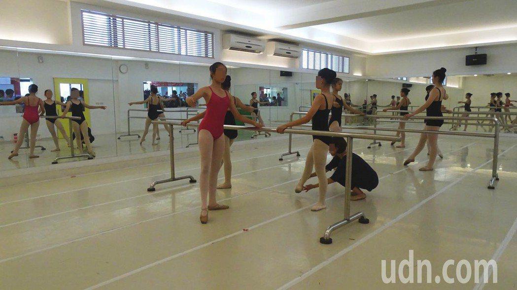 小朋友學舞蹈要特別注意下腰這個動作,圖非當事人。報系資料照