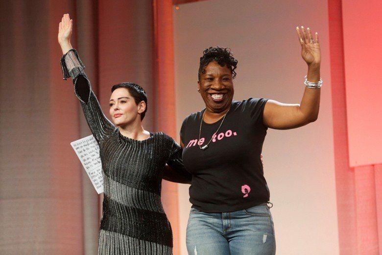 2006年的#MeToo發起者,塔拉娜・布克(右)與另一#MeToo健將蘿絲.麥高文同台演說。 圖/路透社
