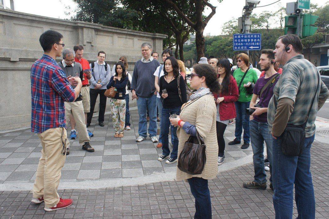台北城市散步訴求以步行的方式,深度認識台北,圖中是以英語導覽,參與者幾乎都是外國...