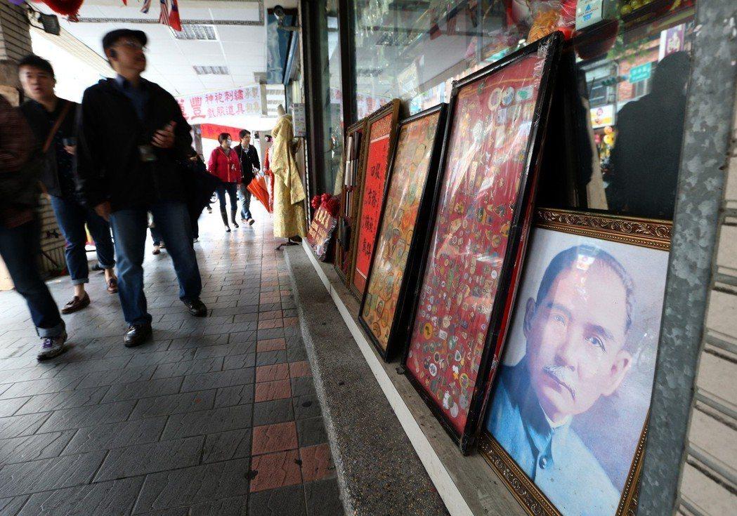 參加「台北城市散步」的學員探訪西門町的歷史與多變的樣貌。 記者林澔一/攝影