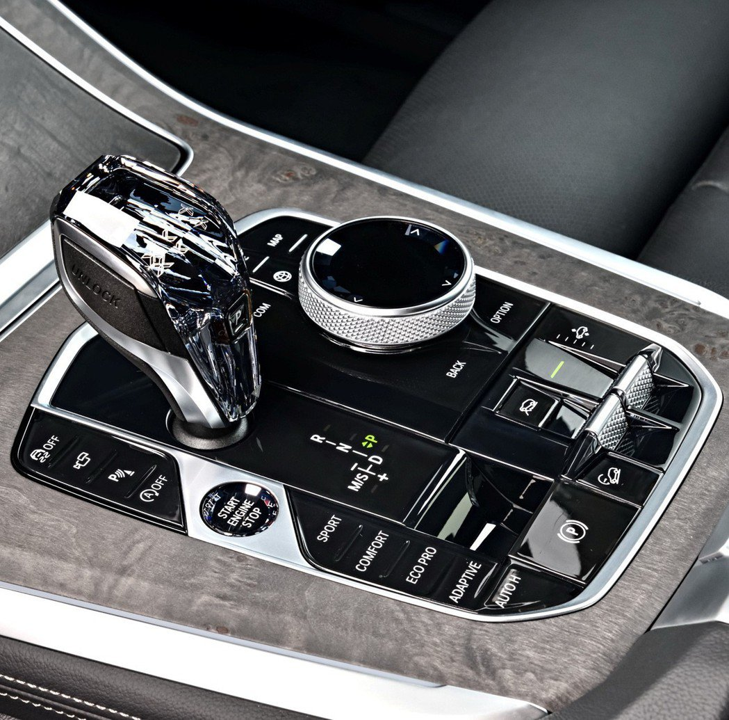 全新世代BMW X5中央鞍座整合動態行車模式切換、氣壓懸吊按鍵、xOffRoad全地形越野套件等功能,並採用帶有鑽石切面的頂級水晶打造排檔桿及功能按鍵,營造尊貴高雅的車室氛圍。 圖/BMW提供