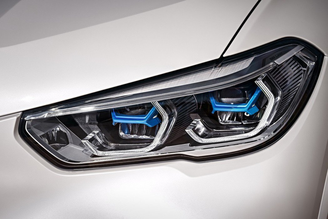 前衛設計智慧雷射頭燈以湛藍色「X」型燈組搭配經典四環造型呈現,照明距離高達500...