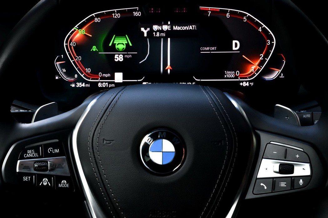 未來感十足的全數位座艙以虛擬方式完整呈現導航資訊、智慧駕駛輔助系統之作動狀態及行車相關資訊。 圖/BMW提供