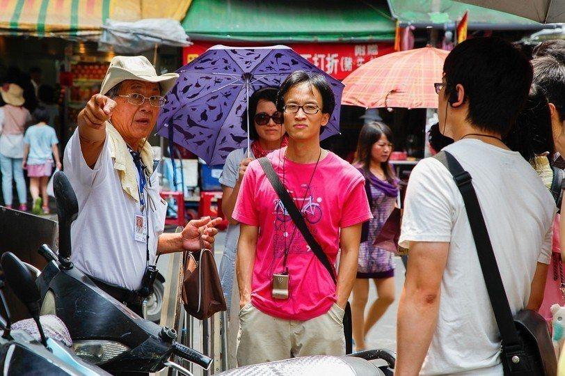 妙語如珠的阿和(左1)總讓導覽過程笑聲不斷。圖/街遊提供
