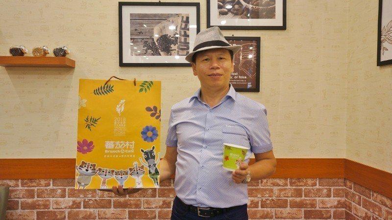 蕃茄村董事長李俊雄喜歡戴紳士帽,全身穿搭流露時尚潮味,與蕃茄村最新的文青風店型相...