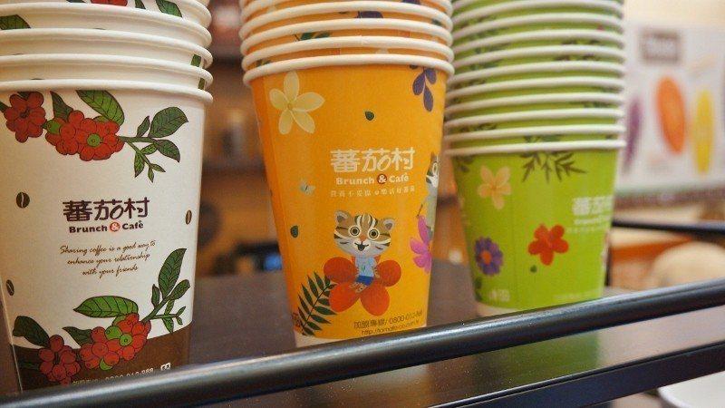 蕃茄村品牌紙杯與台中花博授權圖案杯。 徐谷楨/攝影