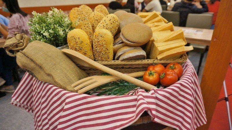 蕃茄村的健康風食材,包括咕榖堡、紫米麵包、蕃茄吐司與在地牛蕃茄,引人食指大動。 ...