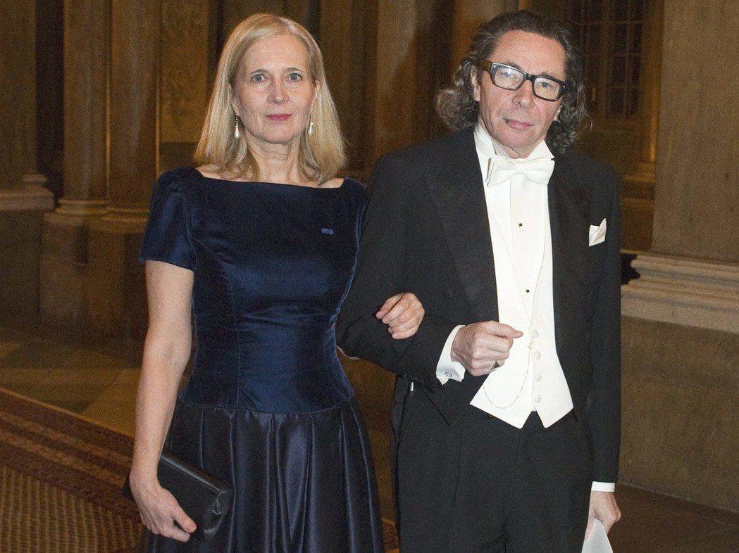 阿爾諾(右)與其妻子瑞典詩人佛洛斯滕森(Katarina Frostenson)...