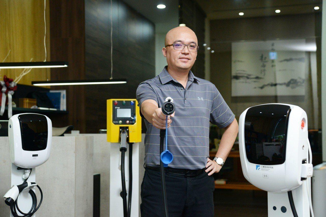 起而行綠能公司總經理簡金品帶領團隊以其專業的電動汽機車充電系統技術,積極布局全球...