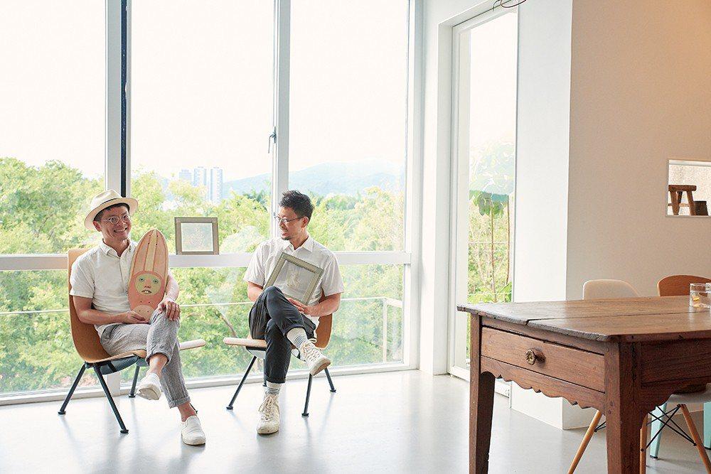 莊瑞豪(左)和盧袗雲(右)合影。在工作室訪問時,請他倆各拿一樣作品合照,結果兩人...