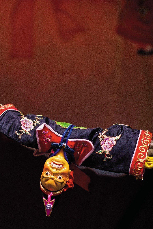 陳錫煌對木偶的衣飾盔帽、刀槍劍戟、及各式道具製作相當專精,他的偶戲道具更是許多收...