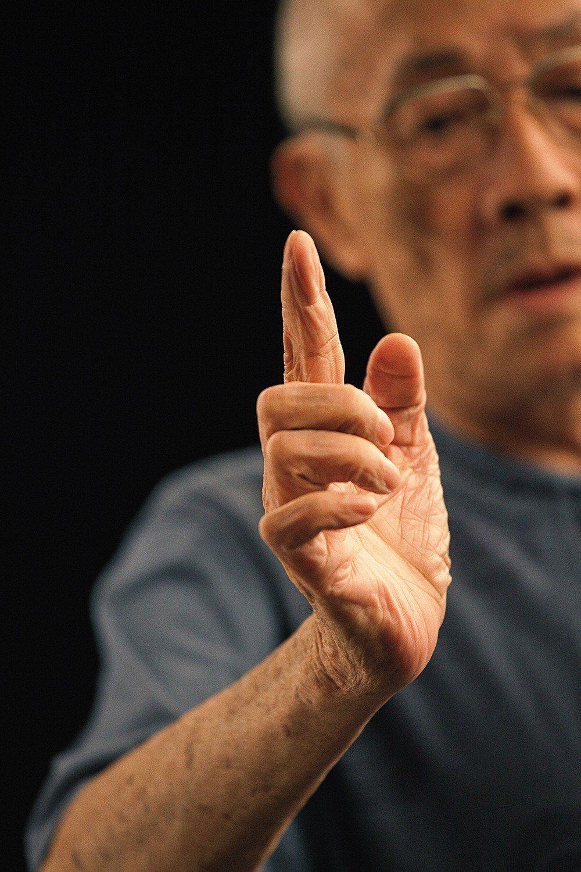 在導演楊力州眼中,老師傅雙手上彷彿有著布袋戲偶隱形的神韻。