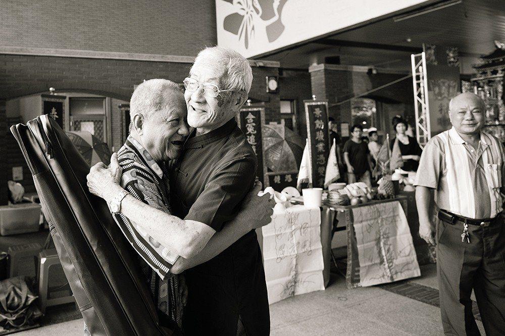 為了台北偶戲館開館以及布袋戲彩樓啟用,陳錫煌親自走訪邀請隱身民間的後場老樂師們參...