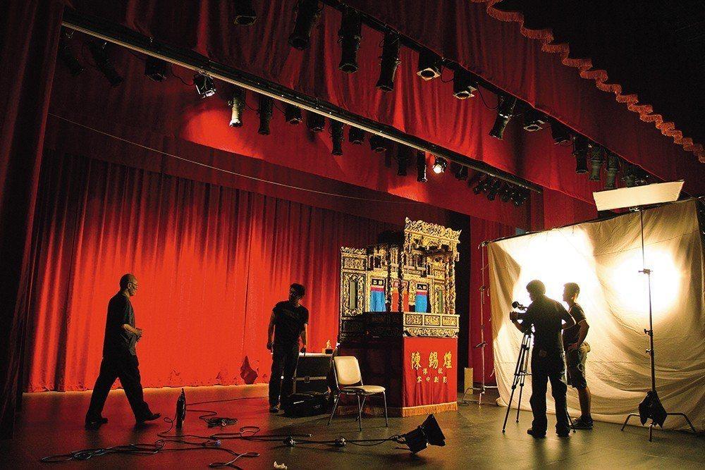 不只拍攝《紅盒子》片中的紀實劇情,楊力州更持續進行著將陳錫煌布袋戲技法記錄保存的...