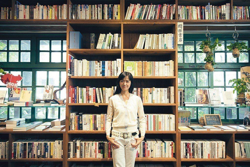 這次採訪約在夢田文創旗下的閱樂書店。店中書牆上,也擺放許多駱以軍的文學作品。