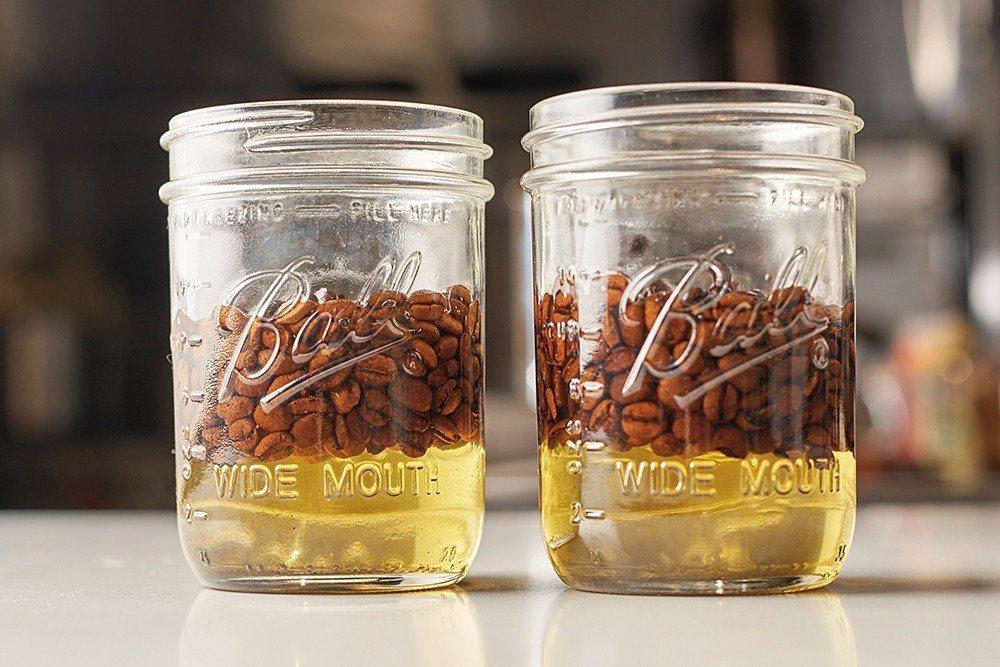 油萃的其中一種方式便是將油與咖啡豆裝入真空袋中,置於55∼60度的熱水裡低溫烹煮...