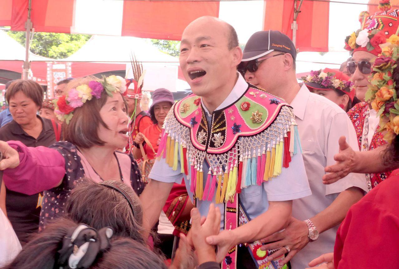 國民黨高雄市長參選人韓國瑜(中)重視新住民與原住民權益,提出多項照顧新住民和原住...