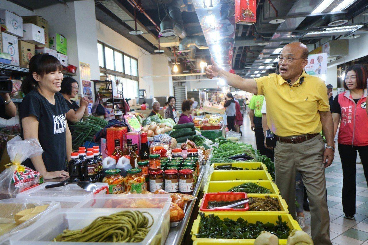 民進黨新北市長參選人蘇貞昌上午前往泰山公有市場拜票。記者王敏旭/攝影