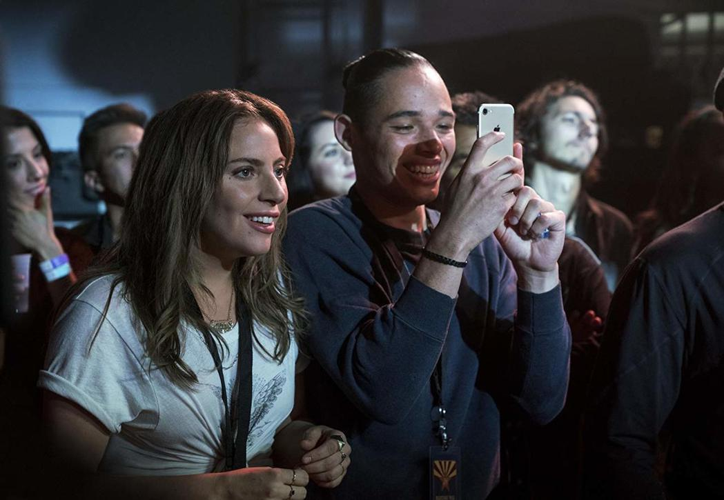 女神卡卡(左)主演「一個巨星的誕生」將在美國上映,粉絲開始護主攻擊同檔新片。圖/