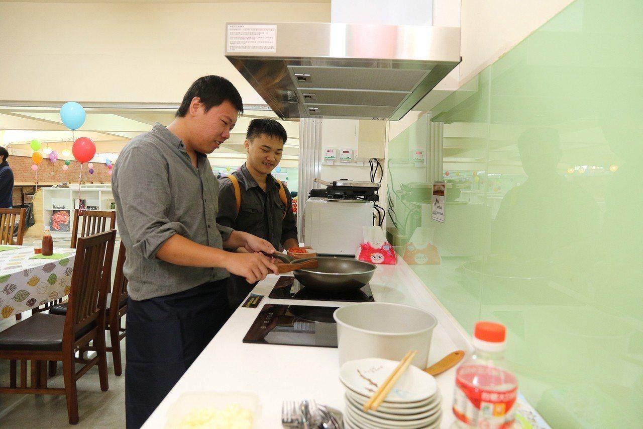中興大學改造學生宿舍並設置小廚房,配有電熱爐、烤箱、微波爐,讓大學生自煮共食,營...