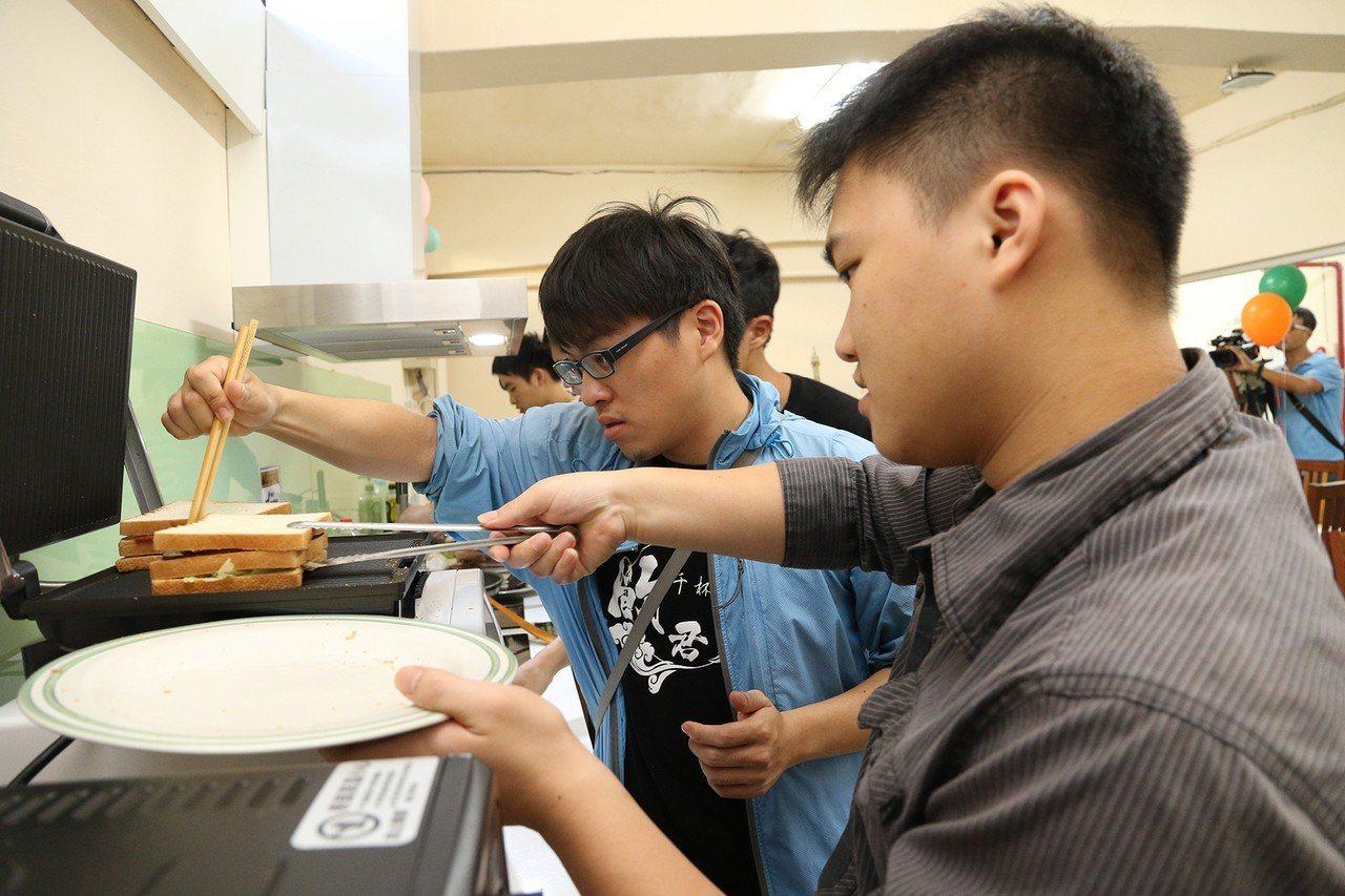 中興大學改造學生宿舍並設置小廚房,配有電熱爐、烤箱、微波爐,讓學生自煮共食,還有...