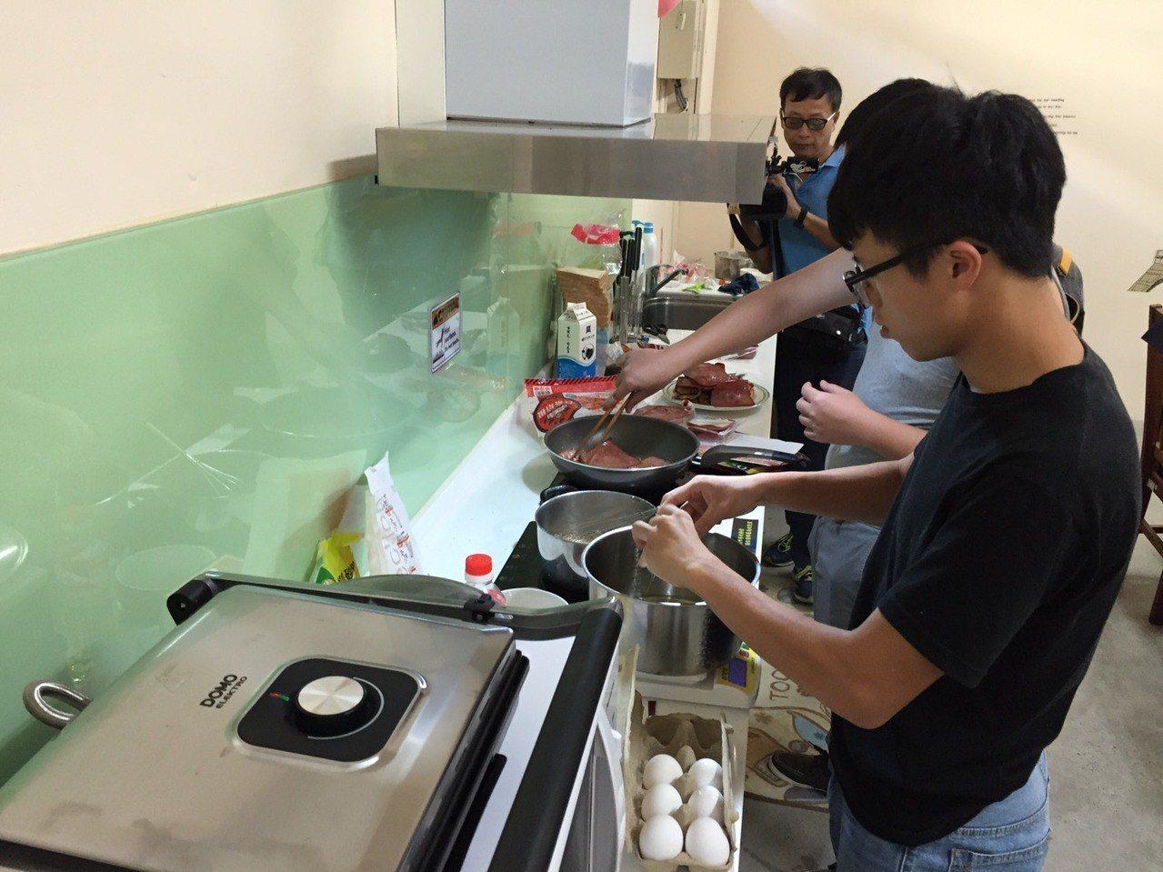 中興大學改造學生宿舍並設置小廚房,配有電熱爐、烤箱、微波爐,讓學生自煮共食,營造...