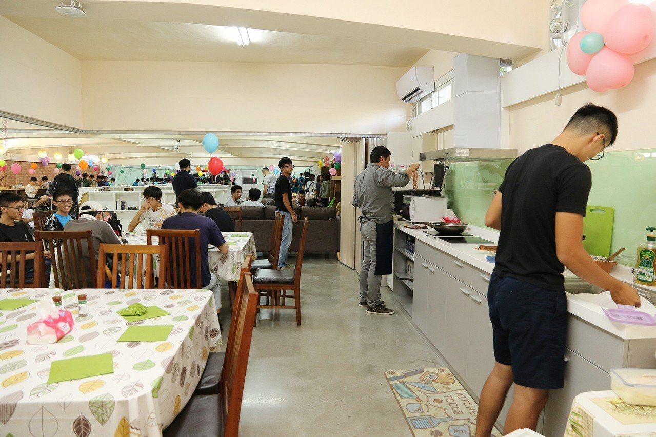 中興大學改造學生宿舍並設置小廚房,配有電熱爐、烤箱、微波爐,讓大學生自煮共食,還...