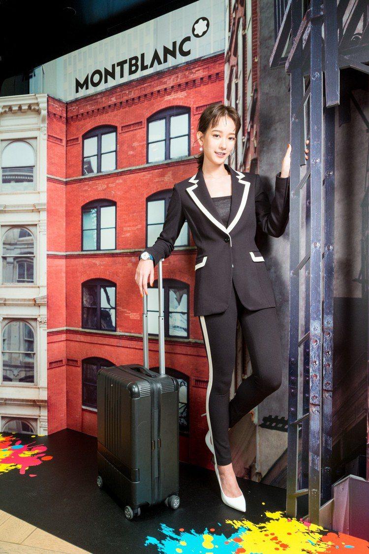 孟耿如出席萬寶龍#MY4810系列行李箱上市活動,也是全台第一位帶著這款行李箱出...