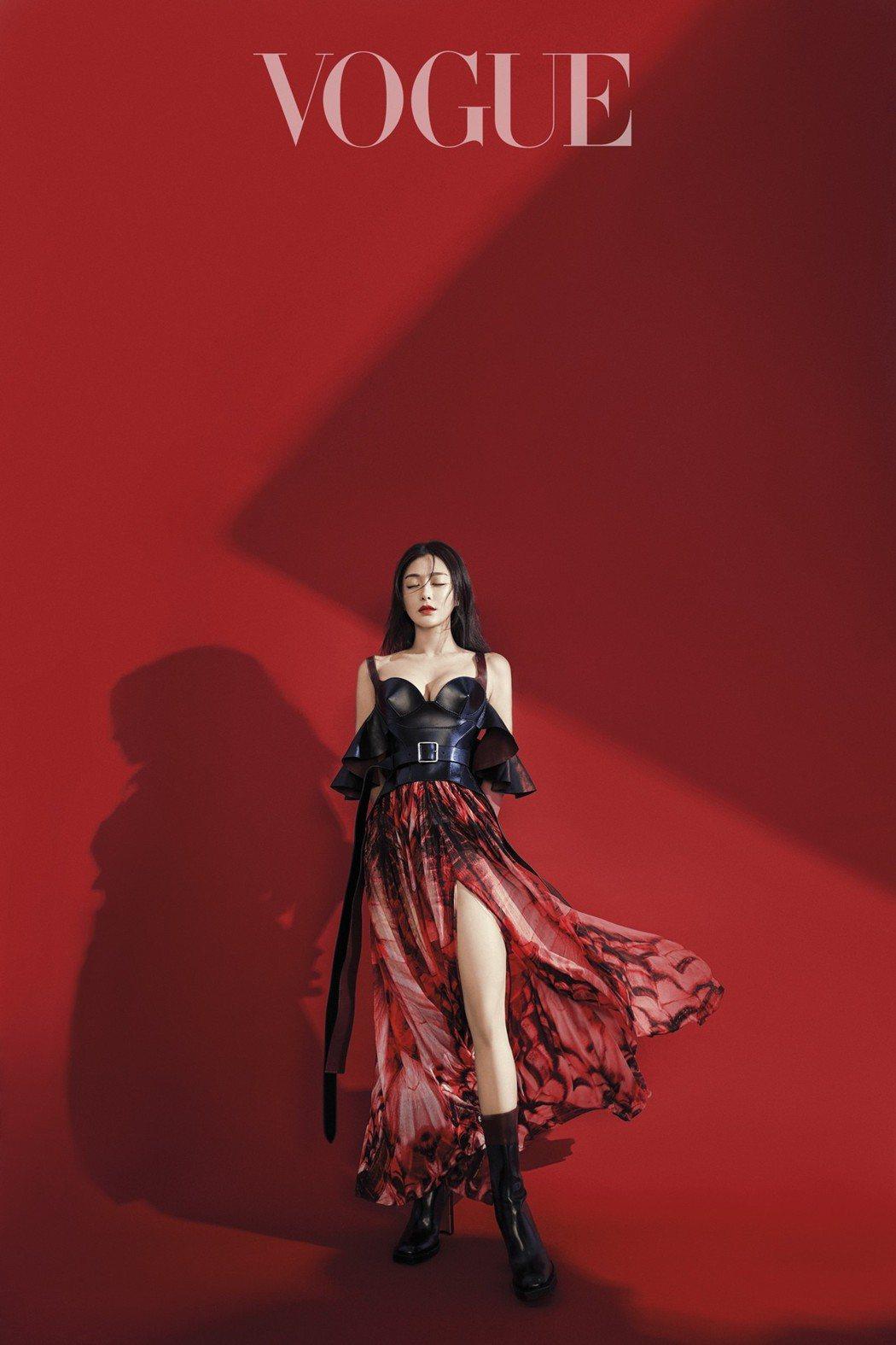 比起戲劇中的溫柔婉約,時裝的秦嵐霸氣性感。圖/VOGUE雜誌提供