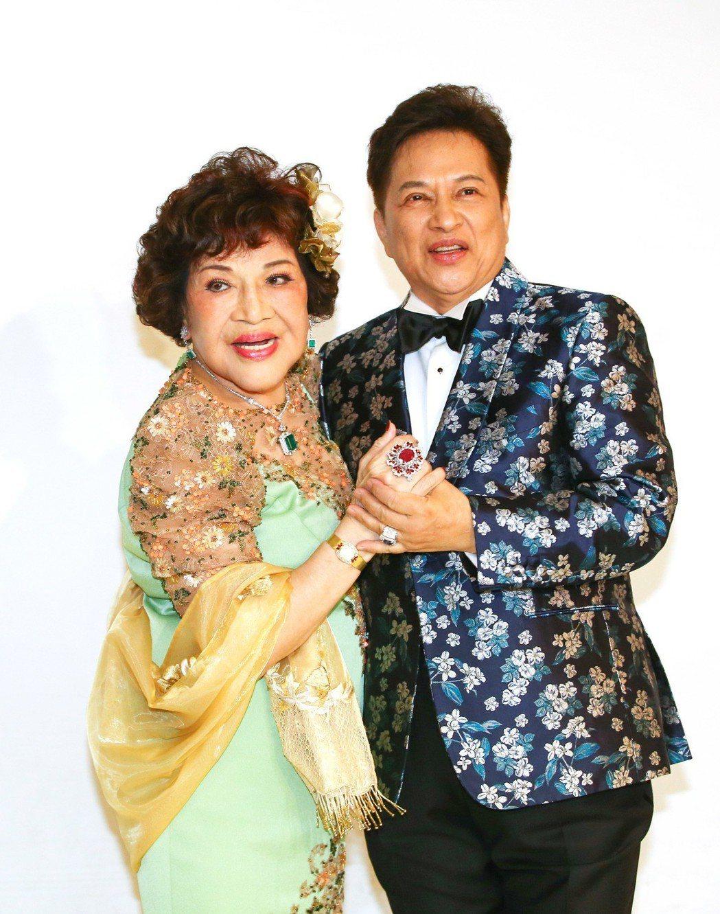 周遊和李朝永日前拍婚紗照,秀出56克拉紅寶石珠寶。 本報資料照片